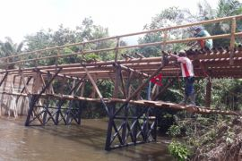 Rehab jembatan desa Sembatu Jaya diduga gunakan besi