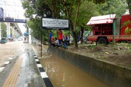 Mobil pemadam kebakaran bantu sedot banjir