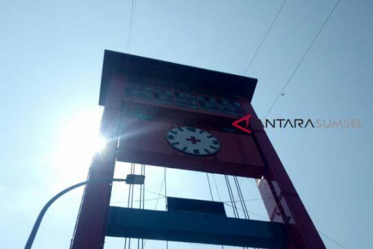 Jam analog 300 Kg dipasang di Jembatan Ampera