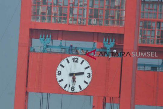 Pemasangan Jarum jam jembatan Ampera