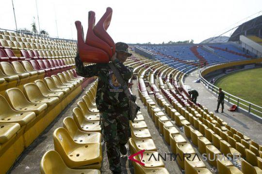 Prajurit TNI perbaiki kerusakan kursi Stadion Jakabaring