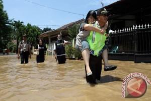 Ratusan Polisi Solo Bersihkan Lingkungan dari Sisa Banjir Lumpur