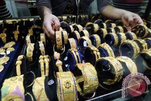 Telepon Pintar Picu Penurunan Penjualan Perhiasan Emas