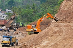 Puluhan Warga Batang Memblokir Akses Jalan Tol