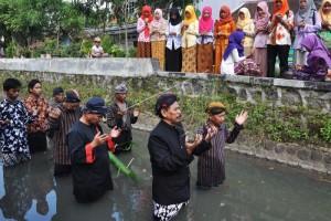 Warga-Mahasiswa Untidar Ritual Padusan