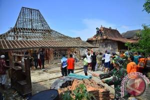 Warga Temanggung Perbaiki Rumah Korban Puting Beliung