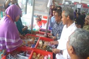 Sosialisasikan Uang Baru, Ganjar Belanja di Pasar Manis