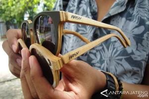 Warga Jepara Buat Bingkai Kacamata Berbahan Kayu