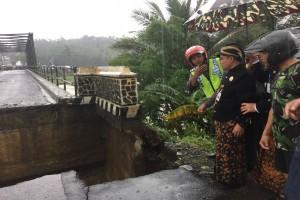 Sayap Jembatan Ambles Sungai Klawing Segera Ditangani