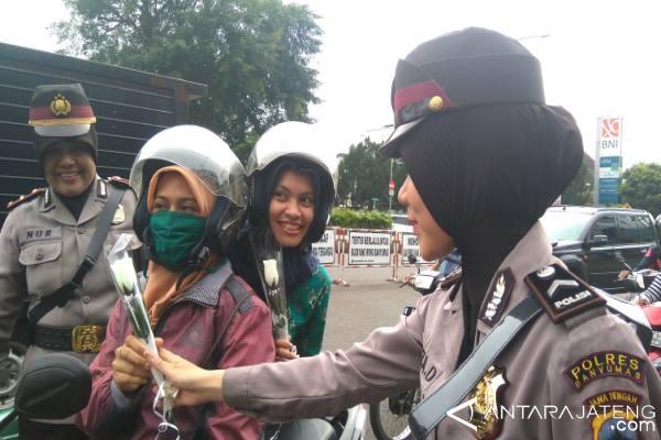 Hari Kartini, Polwan Banyumas Berikan Bunga pada Pengendara Motor