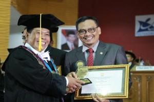 Abdul Fikri Faqih Terima Penghargaan dari Unnes