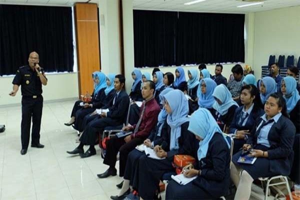 Mahasiswa LP3EI Belajar Kepabeanan