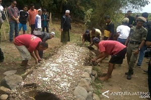 Gundukan Tanah Menyerupai Makam di Karangwangkal Dibongkar (VIDEO)