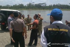 Petugas Gabungan Razia Penambang Pasir Ilegal di Sungai Serayu