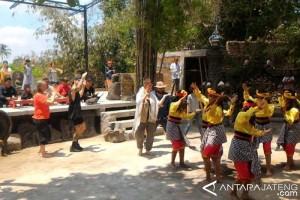 Mahasiswa Australia-Komunitas Lima Gunung Menari Soreng