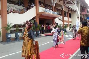 Pedagang Pasar Klewer Meriahkan Peragaan Busana Batik