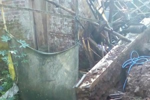 Sebuah Rumah di Banjarnegara Tertimpa Tebing Longsor