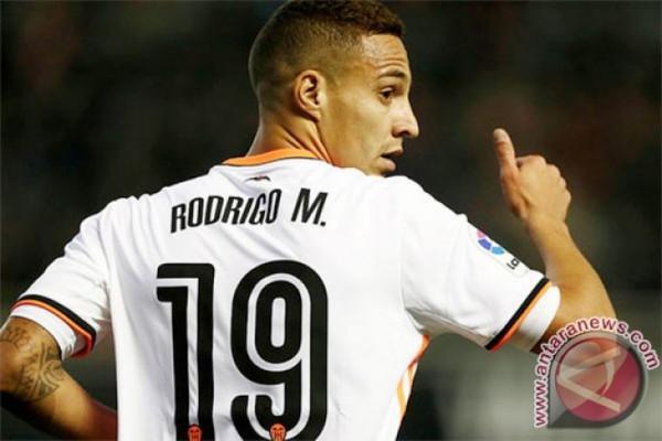 Valencia tinggalkan Real Madrid setelah kalahkan Deportivo 2-1