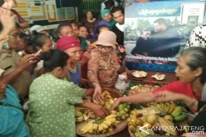 Jelang Pernikan Kahiyang, Pedagang Pasar Legi Berebut Nasi Tumpeng