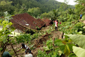 Tanah Longsor Tutup Ruas Jalan Kabupaten di Cilacap