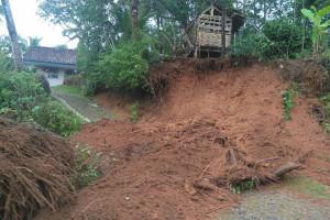 BPBD: Tanah longsor menimpa rumah di Cilacap