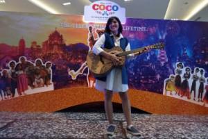 Disney Indonesia Gandeng Seniman Bali Membuat Gitar Ukir