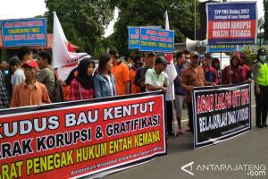 Masyarakat Kudus Tuntut Pemkab Wujudkan Pemerintahan yang Bersih (VEDIO)