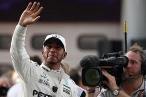 Hamilton Diserahi Piala Juara dunia Formula 1