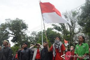 Puluhan Buruh Perusahaan Kayu Tuntut Pembayaran Tunggakan Gaji