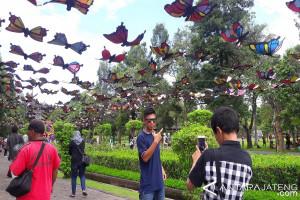 Pengunjung Borobudur disambut ratusan hiasan kupu-kupu