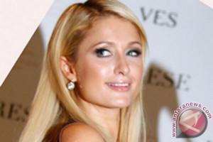 Aktris Paris Hilton dan Chris Zylka resmi bertunangan