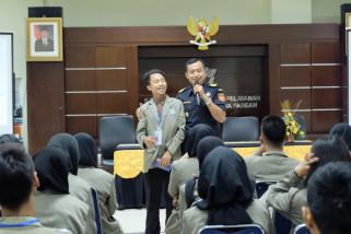 Mahasiswa Politeknik Pusmanu belajar bea cukai