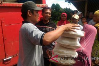 Ratusan warga serbu OP beras di Pasar Tretep Temanggung