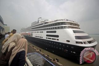 Kapal pesiar MV Volendam bersandar di Lombok bawa 1.400 wisman
