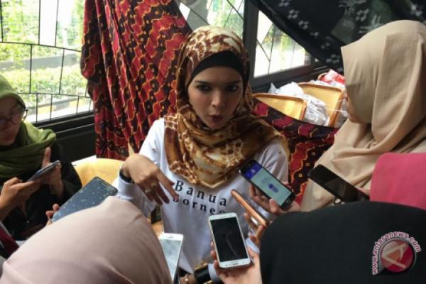 Desainer Vivi Zubedi pamerkan koleksi abaya di New York