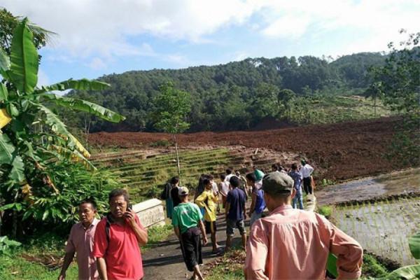 18 missing after landslide in C Java