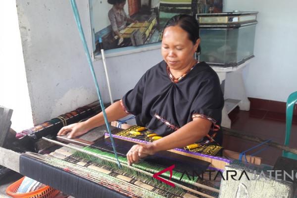 Tradisi masyarakat Lombok wajibkan perempuan bisa menenun