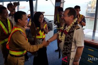 Sambut wisatawan, Bupati Batang promosikan wisata di kapal pesiar