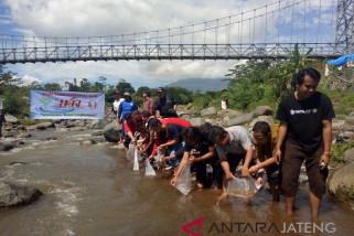 Wartawan Temanggung menebar ikan di Sungai Galeh