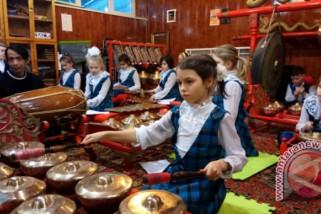 Siswa SD Rusia sangat antusias berlatih mainkan gamelan