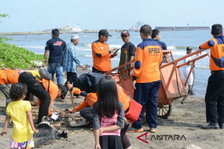Ratusan sukarelawan bencana Batang lakukan bersih pantai
