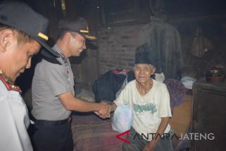 Polres Temanggung bagikan sembako untuk kaum duafa
