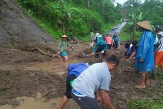 Longsor di Keling Jepara tutup akses jalan warga