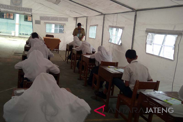 Rusak terkena gempa, siswa SMP Kalibening UN di tenda (VIDEO)