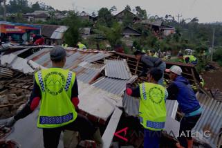 Gempa siang itu merusak ratusan rumah