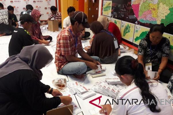 Libatkan warga, KPU Temanggung mulai sortir dan lipat surat suara pilkada