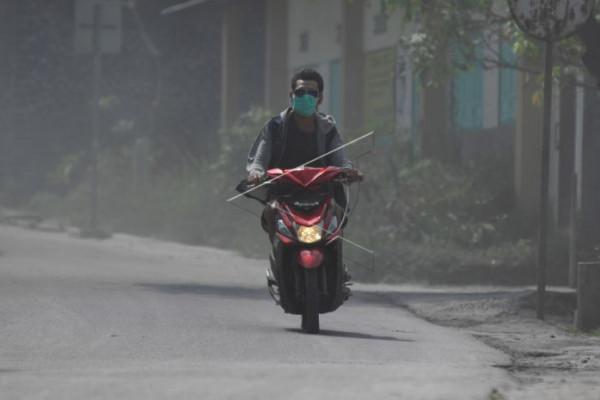Warga mengenakan masker