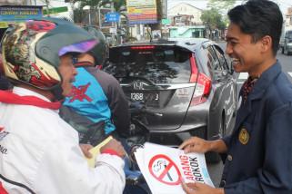 Mahasiswa UM Magelang bagikan ratusan pin antirokok