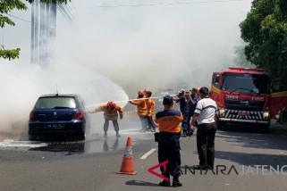 Mobil Peugeot ludes terbakar di Semarang, penumpang selamat