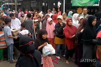 Ratusan warga Purwokerto antre paket sembako murah (VIDEO)